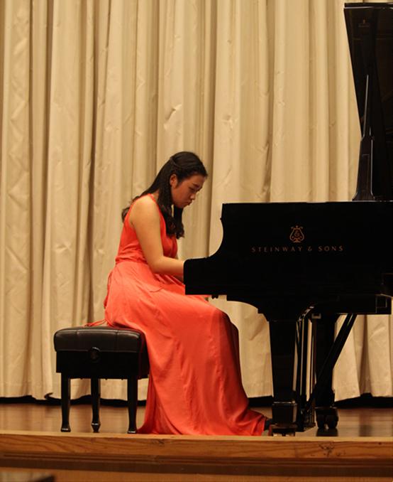 紧接着,储望华先生的名作《筝箫吟》,演奏者以钢琴中绒毡木槌敲上钢弦图片